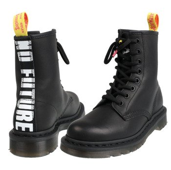 glany DR. MARTENS - DM 1490 SXP BLACK SEX PISTOLS MILLED GREASY+BACKHAND (DM24787001)