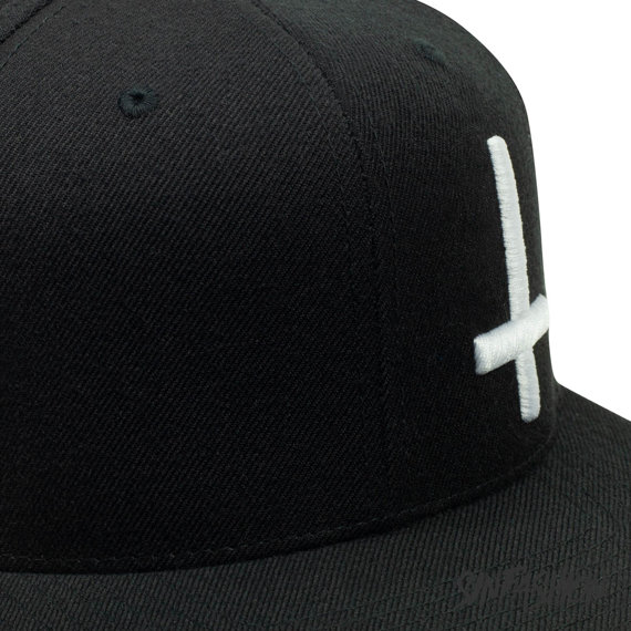 czapka INVERTED CROSS